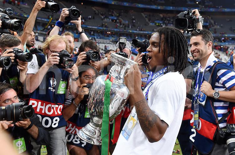 FUSSBALL EURO 2016 FINALE IN PARIS  Portugal - Frankreich     10.07.2016 Renato Sanches (Portugal) mit Goldmedaille umringt von Fotografen