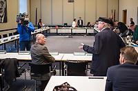 """6. Sitzung des 2. Untersuchungsausschusses <br /> der 18. Wahlperiode des Berliner Abgeordnetenhaus - """"BER II"""" - am Freitag den 23. November 2018.<br /> Der Ausschuss soll die Ursachen, Konsequenzen und Verantwortung fuer die Kosten- und Terminueberschreitungen des im Bau befindlichen Flughafens """"Berlin Brandenburg Willy Brandt"""" aufklaeren.<br /> Als oeffentlicher Tagesordnungspunkt war die Beweiserhebung durch Vernehmung des Zeugen Horst Amann vorgesehen. Amman  war von August 2012 bis November 2013 Technikchef am Flughafen Berlin Brandenburg.<br /> Im Bild: Ein Besucher des Ausschuss begruesst Horst Amann.<br /> 23.11.2018, Berlin<br /> Copyright: Christian-Ditsch.de<br /> [Inhaltsveraendernde Manipulation des Fotos nur nach ausdruecklicher Genehmigung des Fotografen. Vereinbarungen ueber Abtretung von Persoenlichkeitsrechten/Model Release der abgebildeten Person/Personen liegen nicht vor. NO MODEL RELEASE! Nur fuer Redaktionelle Zwecke. Don't publish without copyright Christian-Ditsch.de, Veroeffentlichung nur mit Fotografennennung, sowie gegen Honorar, MwSt. und Beleg. Konto: I N G - D i B a, IBAN DE58500105175400192269, BIC INGDDEFFXXX, Kontakt: post@christian-ditsch.de<br /> Bei der Bearbeitung der Dateiinformationen darf die Urheberkennzeichnung in den EXIF- und  IPTC-Daten nicht entfernt werden, diese sind in digitalen Medien nach §95c UrhG rechtlich geschuetzt. Der Urhebervermerk wird gemaess §13 UrhG verlangt.]"""