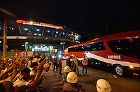SÃO PAULO, SP, 20 DE JULHO DE 2013 - CAMPEONATO BRASILEIRO - SÃO PAULO x CRUZEIRO: Torcida do São Paulo aplaude ironicamente o onibus dos jogadores do São Paulo em frente ao estádio do Murumbi após derrota por 3x0 para o Cruzeiro na partida válida pela 8ª rodada do Campeonato Brasileiro de 2013, disputada no estádio do Morumbi em São Paulo. FOTO: LEVI BIANCO - BRAZIL PHOTO PRESS.