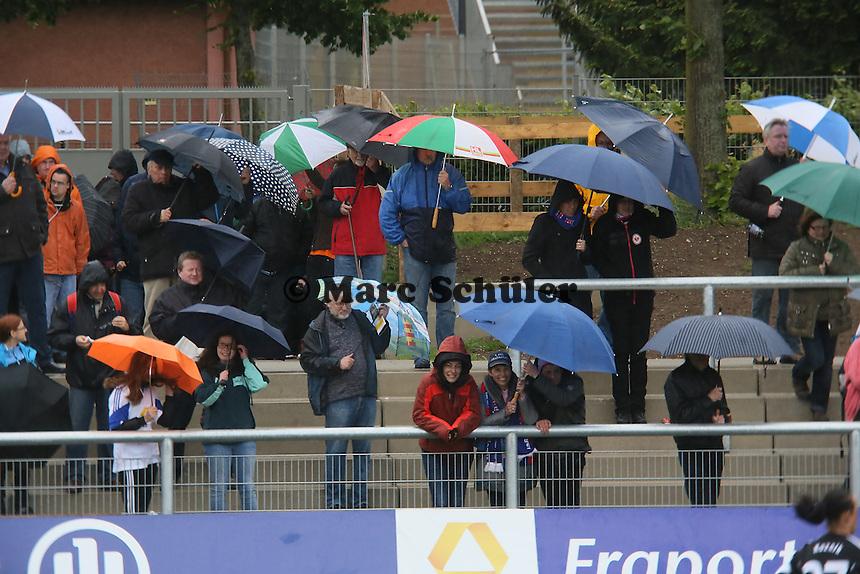 Zuschauer im Stadion am Brentanobad im Regen - 1. FFC Frankfurt vs. MSV Duisburg