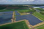 Foto: VidiPhoto<br /> <br /> BEMMEL – En weer is er een flinke lap kostbare landbouwgrond verdwenen. In de gemeente Lingewaarden, op 19 ha. grond bij glastuinbouw gebied NEXTGarden (Bergerden) in Bemmel (gemeente Lingewaard), is een zonnepark gerealisserd met 40.000 zonnepanelen (energie voor 3500 huishoudens). Het Duitse Kronos Solar exploiteert Zonnepark Lingewal. De grond is van melkveehouder mts. Vermeulen. De boer heeft geen opvolger en heeft dit deel van zijn land daarom in erfpacht uitgegeven. Niet alleen de buren waren tegen de komst van het enorme zonnepark, maar ook landbouworganisatie LTO. Al eerder werden er honderden hectaren landbouwgrond opgeslokt voor natuurpark Lingezegen. Lingewaard wil na dit zonnepark -tot frustratie van LTO- nogeens 30 ha. landbouwgrond bestemmen voor zonnepanelen om in 2050 energieneutrale gemeente te kunnen zijn.