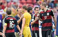 FUSSBALL WM 2014  VORRUNDE    GRUPPE G USA - Deutschland                  26.06.2014 Trainer Juergen Klinsmann (USA, 2.v.l.) scherzt nach dem Abpfiff mit Torwart Manuel Neuer (Mitte, Deutschland)