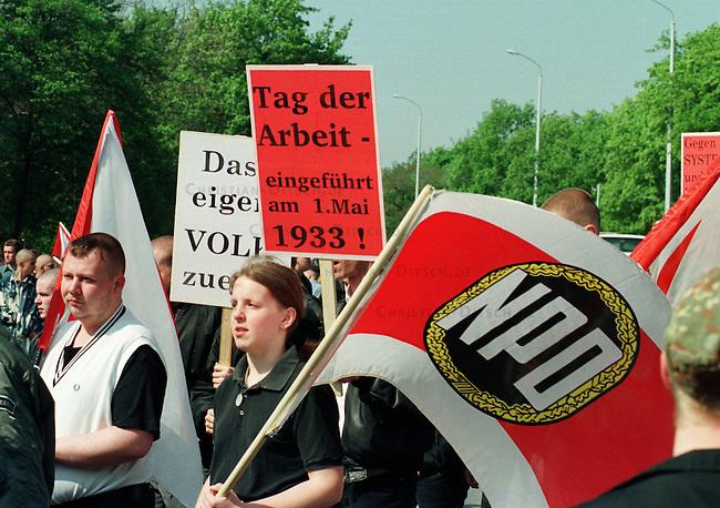 Etwa 4.000 Mitglieder und Sympathiesanten der NPD kamen zu einer Kundgebung vor das Voelkerschlachtdenkmal in Leipzig. Die NPD hatte 10.000 bis 15.000 Teilnehmer angekuendigt.<br /> Hier: Aufzug der Kundgebungsteilnehmer.<br /> 1.5.1998, Leipzig<br /> Copyright: Christian-Ditsch.de<br /> [Inhaltsveraendernde Manipulation des Fotos nur nach ausdruecklicher Genehmigung des Fotografen. Vereinbarungen ueber Abtretung von Persoenlichkeitsrechten/Model Release der abgebildeten Person/Personen liegen nicht vor. NO MODEL RELEASE! Nur fuer Redaktionelle Zwecke. Don't publish without copyright Christian-Ditsch.de, Veroeffentlichung nur mit Fotografennennung, sowie gegen Honorar, MwSt. und Beleg. Konto: I N G - D i B a, IBAN DE58500105175400192269, BIC INGDDEFFXXX, Kontakt: post@christian-ditsch.de<br /> Bei der Bearbeitung der Dateiinformationen darf die Urheberkennzeichnung in den EXIF- und  IPTC-Daten nicht entfernt werden, diese sind in digitalen Medien nach &sect;95c UrhG rechtlich geschuetzt. Der Urhebervermerk wird gemaess &sect;13 UrhG verlangt.]