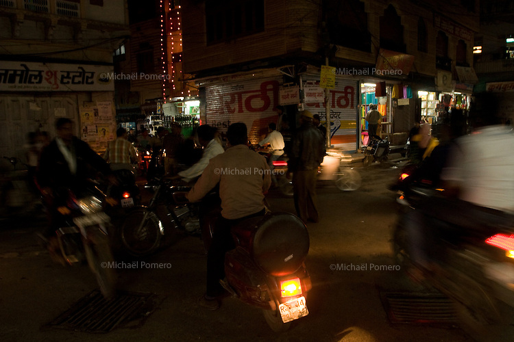 25.11.2010 Udaipur (Rajasthan)<br /> <br /> Traffic in the streets .<br /> <br /> Circulation dans les rues.