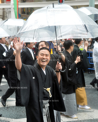 March 27, 2013, Tokyo, Japan - Ichikawa Ukon waves to fans as some 60 leading Kabuki actors parade in the rain through the main street of Tokyo's Ginza shopping district on Wednesday, March 27, 2013, in celebration of the grand opening of new Kabuki theater. After three years of renovation, the majestic theater for Japan's centuries-old performing arts of Kabuki will open its doors to the public with a three-month series of most sought-after plays. (Photo by Kaku Kurita/AFLO) FYJ-mis-