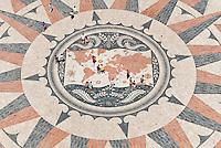 LISBOA- PORTUGAL, 13.08.2012 - Rosa dos Ventos, desenhada pelo arquiteto  Luís Cristino da Silva e oferecida pela África do Sul em 1960. Ornamenta o terreiro de acesso ao Padrão dos Descobrimentos e tem 50m de diâmetro. (Bete Marques/Brazil Photo Press)