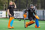 BLOEMENDAAL -  keeper Diana Beemster (Bl'daal)  met keeper Danique Visser (Bl'daal)  , 2e play out wedstrijd tussen Bloemendaal-HGC dames (2-0). COPYRIGHT KOEN SUYK