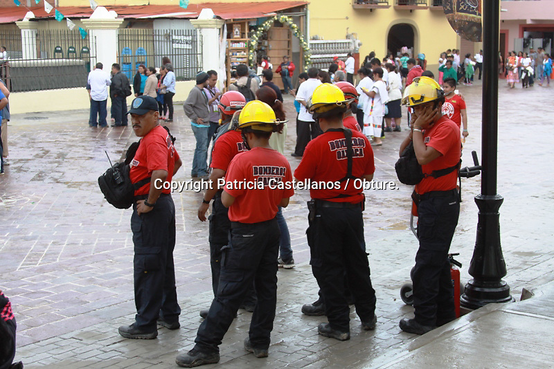 Oaxaca de Ju&aacute;rez. 07 de Octubre de 2014.- Ante el arribo de cientos de visitantes provenientes de todo el pa&iacute;s, ante la celebraci&oacute;n de la &quot;Coronaci&oacute;n pontificia de la Virgen de Juquila&quot;, un operativo conjunto entre la polic&iacute;a estatal, el heroico cuerpo de bomberos y protecci&oacute;n civil, se lleva a cabo para su seguridad.<br /> <br /> <br /> En este contexto, elementos de la polic&iacute;a estatal resguardan la carretera a la altura de la entrada de esta comunidad, en tanto otro grupo mas ejecuta rondines dentro del centro de Juquila para evitar actos delictivos ante el arribo de tantas personas.<br /> <br /> <br /> As&iacute; mismo, las fuerzas estatales de seguridad p&uacute;blica colocaron filtros en las principales vertientes que dan a la explanada del santuario de la virgen a objetivo de prevenir cualquier acto il&iacute;cito o aportaci&oacute;n de armas.<br /> <br /> <br /> Foto: Patricia Castellanos / Obture.
