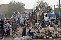 MALI Djenne, trader sell calabash on the market / MALI Djenné, Haendler verkaufen Kalabassen auf dem Markt