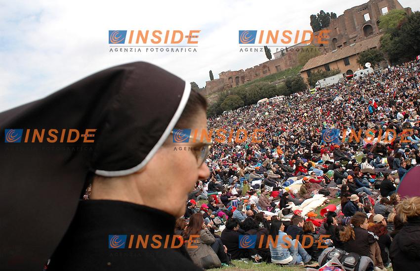 Roma 08 04 2005 I fedeli seguono la cerimonia dei funerali del Papa dai maxischermi al Circo Massimo.<br />foto Serena Cremaschi     Insidefoto