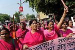 INDIEN Uttar Pradesh, Bundelkhand, Frauen unterer Kasten und kastenlose Frauen organisieren sich in der Frauenbewegung Gulabi Gang von Sampat Pal Devi , sie fordern gleiche Rechte und kaempfen notfalls mit Gewalt mit Bambusstoecken gewalttaetige Maenner, Demo in Mahoba / INDIA UP Bundelkhand, women movement Gulabi Gang in pink sari fight for women rights and against violence of men, corruption and police arbitrariness, protest rally in Mahoba, leader Sampat Pal Devi fourth from right