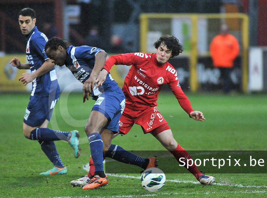 KV Kortrijk - RAEC Mons / Bergen  : Gertjan De Mets (rechts) probeert Aloys Nong (links) in bedwang te houden.foto VDB / BART VANDENBROUCKE