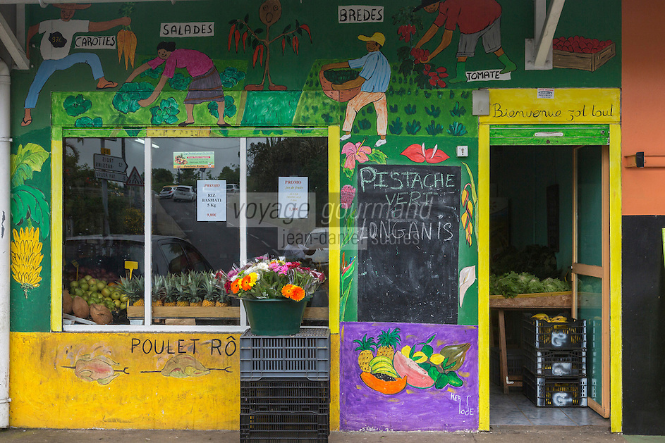 France, île de la Réunion, Saint Paul, Le Guillaume :Mur peint de la façade d'un epicerie //  France, Ile de la Reunion (French overseas department),  Saint Paul district, Le Guillaume :   Painted wall in front of a grocery