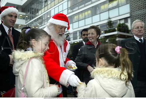 Father Christmas hands out gifts and sweets to children, Cantor Index Christmas Meeting, Ascot 021221. Photo: Glyn Kirk/Action Plus...2002.horse racing.santa national hunt child