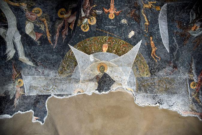in einer stark beschädigten Kirche im Zentrum von Prizren / Serbische Reisegruppe in serbischen Enklaven im Kosovo, mitorganisiert von Branka Krneta, einer25-jährigen Serbin. Sie fahren an historisch serbisch dominierte Orte. Die Teilnehmer stehen meist der nationalistischen Organisation Kosmet nahe und sehen Kosovo als Teil Serbiens.