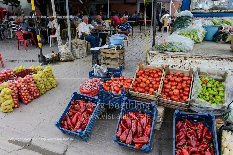 TURKEY Manisa, village Hacihaliller, selling of vegetable at market / TUERKEI, Dorf Hacihaliller, frisches Gemuese wird vor Teestube am Dorfmarktplatz verkauft