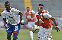 BOGOTÁ -COLOMBIA, 17-04-2016.  Anthony Otero (Der.) jugador de Santa Fe disputa el balón con Yair Arrechea (Izq.) jugador de Pasto durante partido entre Independiente Santa Fe y Deportivo Pasto por la fecha 13 de la Liga Aguila I 2016 jugado en el estadio Nemesio Camacho El Campin de la ciudad de Bogota.  / Anthony Otero (R) player of Santa Fe struggles for the ball with Yair Arrechea (L) player of Pasto during match batween Independiente Santa Fe and Deportivo Pasto for date 13 of the Liga Aguila I 2016 played at the Nemesio Camacho El Campin Stadium in Bogota city. Photo: VizzorImage/ Gabriel Aponte / Staff