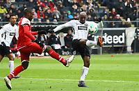 Jetro Willems (Eintracht Frankfurt) klaert gegen Anthony Ujah (1. FSV Mainz 05) - 17.03.2018: Eintracht Frankfurt vs. 1. FSV Mainz 05, Commerzbank Arena