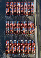 Portalhubwagen am  Burchardkai: EUROPA, DEUTSCHLAND, HAMBURG, (EUROPE, GERMANY), 26.12.2014 Der Portalhubwagen (oder Portalhubstapelwagen oder Portalstapelwagen; engl. van carrier, straddle carrier, gantry lift ist ein spezielles Umschlaggeraet fuer ISO-Container. Es wird als Transportfahrzeug auf Containerterminals in Haefen eingesetzt.<br />  <br /> Der Portalhubwagen besteht aus einem Rahmengestell und einer dazwischen haengenden Hubvorrichtung Topspreader, das mit Hubwinden vertikal bewegt werden kann. Das Rahmengestell ist mit einem Fahrwerk mit meist acht Raedern ausgestattet. Die Fahrerkabine ist oben an einer Stirnseite des Rahmens angeflanscht.<br />  <br /> Der Portalhubwagen faehrt ueber einen Container, der auf dem Boden oder auf einem Lkw steht, der Spreader verriegelt sich hydraulisch gesteuert mit den vier Eckbeschlaegen des Containers und hebt diesen an.