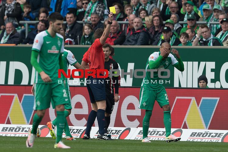 09.04.2016, Weser Stadion, Bremen, GER, 1.FBL. Werder Bremen vs FC Augbsurg, im Bild<br /> <br /> ge&ouml;be Karzte dirch Daniel Siebert (Schiedsrichter / Referee) an Theodor Gebre Selassie (Bremen #23)<br /> <br /> <br /> Foto &copy; nordphoto / Kokenge