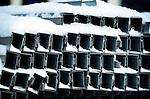 Bouwdetails tijdens een koude vorstperiode op een bouwplaats in de winter:  ondergesneeuwde profielen liggen buiten te wachten op verwerking op een nieuwbouwproject.  COPYRIGHT TON BORSBOOM