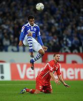 FUSSBALL   1. BUNDESLIGA   SAISON 2011/2012    15. SPIELTAG FC Schalke 04 - FC Augsburg            04.12.2011 Joel MATIP (hinten, Schalke) gegen Sascha MOELDERS (vorn, Augsburg)