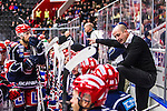 S&ouml;dert&auml;lje 2013-12-12 Ishockey Hockeyallsvenskan S&ouml;dert&auml;lje SK - Mora IK :  <br /> S&ouml;dert&auml;lje tr&auml;nare Anders S&ouml;rensen under en timeout. S&ouml;dert&auml;lje 71 Philip DeSimone tittar p&aring;.<br /> (Foto: Kenta J&ouml;nsson) Nyckelord:  timeout tr&auml;nare manager coach diskutera argumentera diskussion argumentation argument discuss