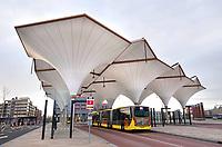 Nederland Utrecht - november 2018.   De nieuwe busterminal van Leidsche Rijn Centrum. Het dak bestaat uit tien kelken van pvc-doek. Het regenwater wordt afgevoerd via de kolommen. Het station staat op de overkapping van de snelweg A2. De architect van de busterminal is Annebregje Snijders.  Foto Berlinda van Dam / Hollandse Hoogte
