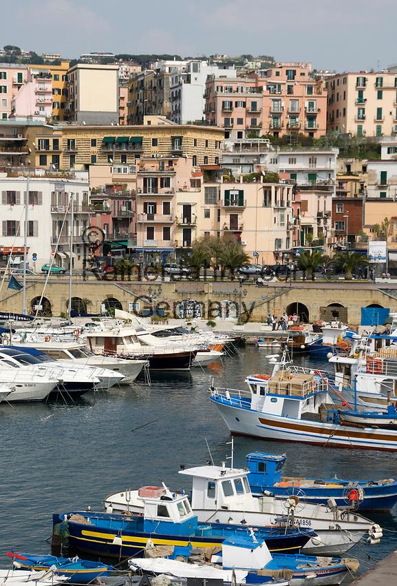 ITA, Italien, Kampanien, Neapel: Hafen von Pozzuoli, hier legen die Faehren der Reedereien Medmar und Caremar nach Ischia und Procida ab | ITA, Italy, Campania, Naples, subburg Pozzuoli: harbour and starting point of ferries to Ischia and Procida