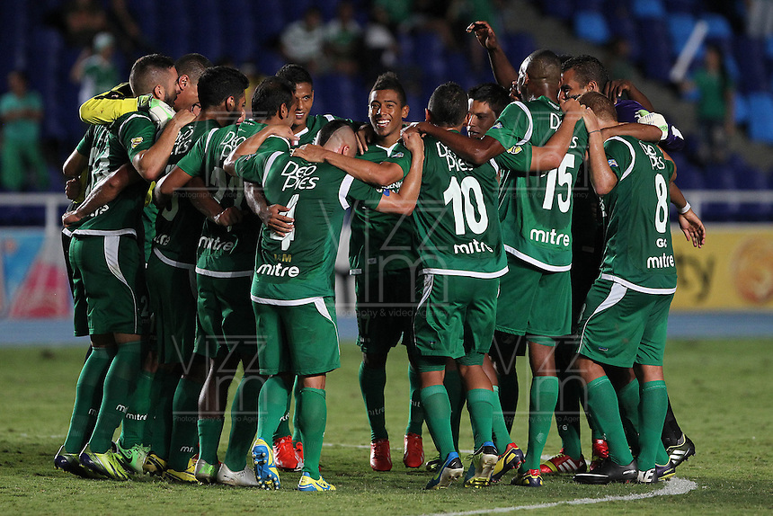 CALI -COLOMBIA-26-10-2013. Jugadores del Deportivo Cali celebran su paso a los cuadrangulares al derrotar a La Equidad en partido válido por la fecha 16 de la Liga Postobón II 2013 jugado en el estadio Pascual Guerrero de la ciudad de Cali./ Deportivo Cali players celebrate their qualification to the final runs after defeated to La Equidad in match valid for the 16th date of Postobon League II 2013 played at Pascual Guerrero stadium in Cali city. Photo: VizzorImage/ Juan C. Quintero/STR