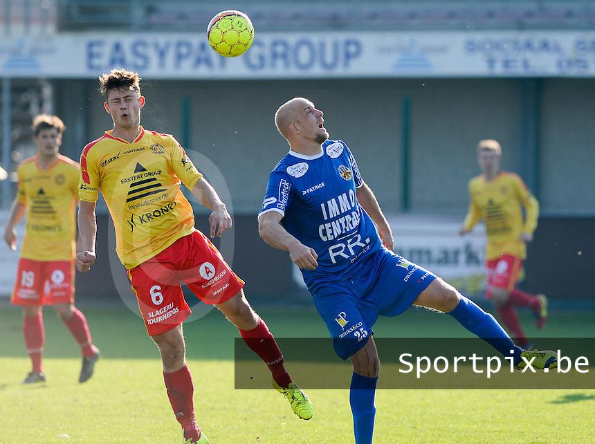 OMS Ingelmunster - FC Knokke  : duel tussen Frank Demouge (r) en Gianni Derieuw (links) <br /> Foto VDB / Bart Vandenbroucke