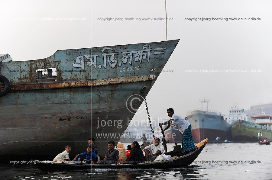 BANGLADESH Dhaka boats on Buriganga River / BANGLADESCH Dhaka, Boote auf dem Buriganga Fluss