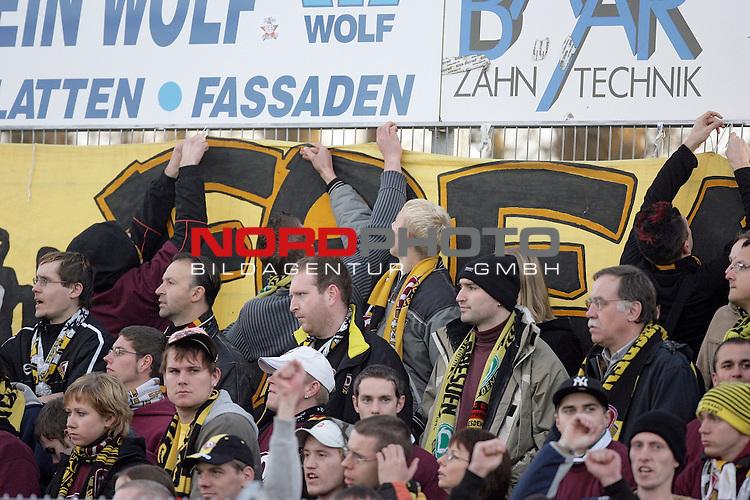 RLN  2006/2007 - 17. Spieltag - <br /> Kickers Emden vs Dynamo Dresden (gelb )<br /> <br /> Die Fans konnten teilweise nicht mehr hinsehen w&scaron;hrend des Spiels und drehten sich ab<br /> <br /> Foto &copy; nordphoto <br /> <br /> <br /> <br />  *** Local Caption ***