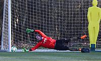 Torwart Jan Zimmermann (Eintracht Frankfurt) streckt sich vergeblich - 14.02.2018: Eintracht Frankfurt Training, Commerzbank Arena