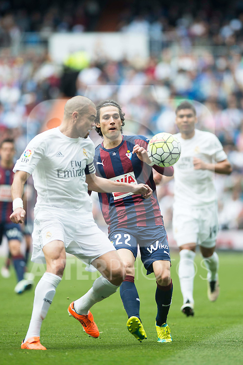 Real Madrid's Pepe and Sociedad Deportiva Eibar's Jota Peleteiro during La Liga match. April 09, 2016. (ALTERPHOTOS/Borja B.Hojas)