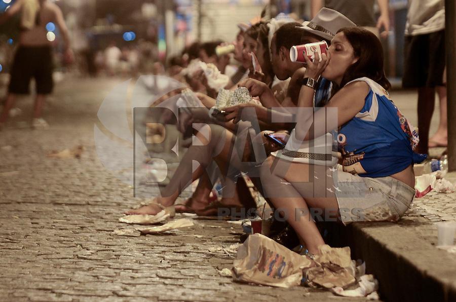 RIO DE JANEIRO, 20 DE FEVEREIRO DE 2012 - Bloco Cru - Desfile do Bloco Cru, que toca versões carnavalescas de clássicos do rock nacional e internacional. Desde Rage Against The Machine, passando por REM e até Rolling Stones tem um momento nesse bloco. O desfile acontece na Praça XV, centro do Rio de Janeiro. (Foto de Mauro Pimentel/Brazil Photo Press)