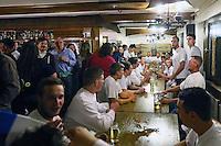 Büttelborn 16.09.2016: Ausgraben der Büttelborner Kerb<br /> Kerwevadder Max Kraus macht seinen Kerweborsch und den Gästen in der Krone eine Ansage vor dem Ausgraben der Kerb