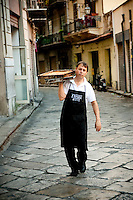 Chef at the 'Antica Focacceria San Francesco' arrives with freshly cooked 'Sfincione', popular street food of Palermo, Sicily, Italy