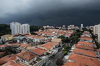 SAO PAULO, SP, 12.01.14. CLIMATEMPO SP. Nuvem carregada sob o bairro do Butantã, na zona oeste de São Paulo na tarde deste domingo. (Foto: Adriana Spaca/Brazil Photo Press)
