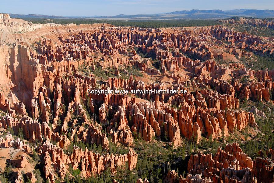 4415 / Hoodoos: AMERIKA, VEREINIGTE STAATEN VON AMERIKA, UTAH,  (AMERICA, UNITED STATES OF AMERICA), 2.06.2006: Der Bryce-Canyon-Nationalpark liegt im Suedwesten Utahs in den Vereinigten Staaten. Innerhalb des Nationalparks befindet sich der eigentliche Bryce Canyon, der trotz seines Namens kein Canyon im eigentlichen Sinne, sondern ein natuerliches Amphitheater darstellt. Der Bryce Canyon entstand durch Erosion an der oestlichen Seite des Paunsaugunt-Plateaus. Er unterscheidet sich von anderen Canyons durch seine einzigartigen geologischen Strukturen, die Hoodoos, welche durch Wind, Wasser und Eis aus den Sedimenten geformt werden. Die roten, orangefarbenen und weißen Sedimente bieten einmalige Aussichten...Der Bryce-Canyon-Nationalpark befindet sich in einer Hoehe von 2400 bis 2700 Metern und liegt damit wesentlich hoeher als der nahe gelegene Zion-Nationalpark oder der Grand-Canyon-Nationalpark...Der Park wurde um 1850 von weissen Siedlern besiedelt und erhielt seinen Namen von Ebenezer Bryce, der sich um 1875 dort niederliess. Der Nationalpark wurde 1924 zum National Monument und 1928 zum National Park erklaert. Heute besuchen zwischen 800.000 bis eine Million Besucher jaehrlich den Park...