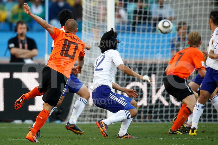 FUSSBALL WM 2010   VORRUNDE    Gruppe E    18.06.2010 Holland - Japan Wesley SNEIJDER (li, Holland) erzielt das Tor zum 1:0