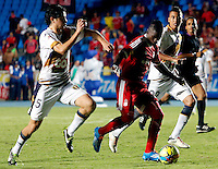 CALI -COLOMBIA-17-03-2014. Diego Bastos (Izq.) del Depor FC  disputa el balón con Yamilson Rivera (Der.) del América de Cali durante partido por la fecha 9 del Torneo Postobón I 2014 jugado en el estadio Pacual Guerrero de la ciudad de Cali./ Diego Bastos (L) of Depor FC fights for the ball with Yamilson Rivera (R) of América de Cali during the match for the 9th date of Postobon Tournament I 2014 at Pascual Guerrero stadium in Cali city. Photo: VizzorImage/Juan C. Quintero/STR