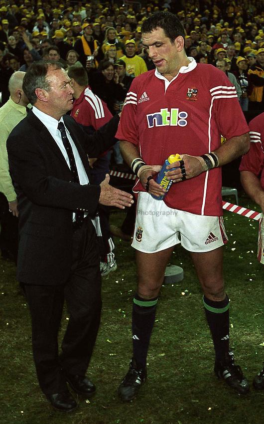 Photo. Richard Lane. .Lions Tour 2001 to Australia. Third Test at the Stadium Australia, Sydney, Australia. 14/7/2001.Martin Johnson is consoled by Graham Henry.