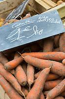 France, Manche (50), Baie du Mont-Saint-Michel, classée Patrimoine Mondial de l'UNESCO, Pontorson:  carottes des sables des polders  sur le marché  // : France, Manche, Bay of Mont Saint Michel, listed as World Heritage by UNESCO, Pontorson: The market,  carrots sands polder