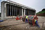 BARENDRECHT - In het bijna vijftig jaar oude bouwdok in Barendrecht werkt bouwcombinatie Coentunnel Company aan de opbouw van vier tunnelementen voor de Tweede Coentunnel. De vier 178 meter lange betonnen tunnelbakken worden vanwege hun lengte niet dwars in de bouwput opgebouwd, maar diagonaal. Terwijl onlangs de eerste tunnelbak van een kopschot voorzien is, krijgen de andere bakken ook steeds meer vorm en worden ze ondermeer de drijfbakken voorzien om opdrijven tijdens het transport later dit jaar te voorkomen. Tijdens de bouw van de wanden wordt gebruik gemaakt van dezelfde blauwe bekistingsmachine die gebruikt is voor de wanden van de A2 landtunnel in Utrecht. COPYRIGHT TON BORSBOOM
