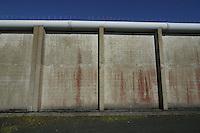 IRLANDA - Irlanda del Nord - contea di Antrim, pressi di Lisburn - Maze prison , Long Kesh per i militanti repubblicani. Nel 1981 vi morirono Bobby Sands e altri militanti dell'IRA in seguito ad uno sciopero della fame  Mura esterne.Il carcere è stato chiuso nel 2000 e oggi ci sono progetti in corso per la riabilitazione dell'intera area, con possibile costruzione di centri sportivi e culturali IRELAND - Northern Ireland - County Antrim, near Lisburn - Maze Prison, Long Kesh for republican militants. In 1981 there died Bobby Sands and other IRA following a hunger strike. The prison was closed in 2000 and today there are plans for the rehabilitation of the entire area, with the possible construction of sports and cultural centers