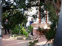 CASTELVOLTURNO, RITROVATI  NELLA VILLA DI DOMENICO BELMONE  I CORPI  DELLA MOGLIE  ELISABETTA GRANDE E DELLA FIGLIA MARIA BELMONTE   SCOMPARSE NEL 2004 .NELLA FOTO IL CORPO DI UNA DELLE VITTIME PORTATO VIA DALLA VILLA.FOTO CIRO DE LUCA