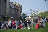 ESC Vorbericht <br /> Ein paar Tage vor dem ESC in der Innenstadt von Kiew:<br />Der Bogen im Hintergrund sollte zum ESC in Regenbogenfarben bemalt werden, entsprechend dem diesj&auml;hrigen ESC-Motto: &quot;Celebrate Diversity&quot;. Neuer Name: &quot;Bogen der Vielfalt.&quot; Die ukrainischen Nationalisten attackierten allerdings die Bemalungsarbeiten. Sie sehen in dem Regenbogen das Symbol von Lesben- und Schwulenbewegung und protestieren dagegen. Der B&uuml;rgermeister Vitali Klitschko erkl&auml;rte schlie&szlig;lich, die grauen noch nicht angestrichenen Stellen w&uuml;rde man zum Beginn von ESC noch mit einem ukrainischen Ornament bemalen..