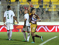 IBAGUÉ - COLOMBIA - 04-05-2013:   Andrés Andrade jugador del Deportes Tolima celebra su gol marcado de tiro penalty ante el Deportivo Cali  igualando el partido dos goles por dos en el estadio Murillo Toro ,juego  correspondiente a la fecha catorce de la Liga Postobón I. (Foto: VizzorImage / Felipe Caicedo / Staff).  Andres Andrade Deportes Tolima player celebrates his penalty shot goal scored against Deportivo Cali tying the game at two goals by two Murillo Toro stadium, playing for the date Postobón fourteen League I.. . (Foto: VizzorImage / Felipe Caicedo / Staff). .