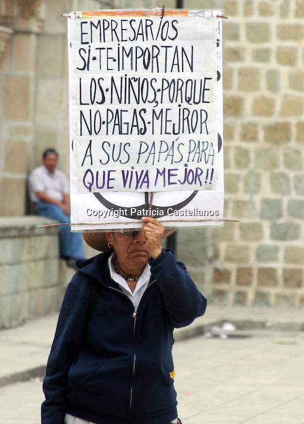 Oaxaca de Ju&aacute;rez, Oax. 22/08/2016.- Luego de que desde el pasado viernes integrantes de la secci&oacute;n 22 de la Coordinadora Nacional de Trabajadores de la Educaci&oacute;n (CNTE), amagaran con no regresar a clases en este nuevo ciclo escolar 2016 - 2017, este lunes 22 de agosto un n&uacute;mero indeterminado de escuelas de educaci&oacute;n b&aacute;sica de la ciudad de Oaxaca y zona conurbana no iniciaron su periodo escolar de forma normal.<br /> <br /> En el marco del &ldquo;No regreso a las aulas&rdquo;, integrantes de la secci&oacute;n 22 de la Coordinadora Nacional de Trabajadores de la Educaci&oacute;n (CNTE) protestaron este lunes con una marcha y un mitin en la &ldquo;Plaza de la Danza&rdquo;, lo anterior como parte de su jornada de lucha en contra de la &ldquo;Reforma Educativa&rdquo; en Oaxaca.<br /> <br /> Foto: Patricia Castellanos / Obture